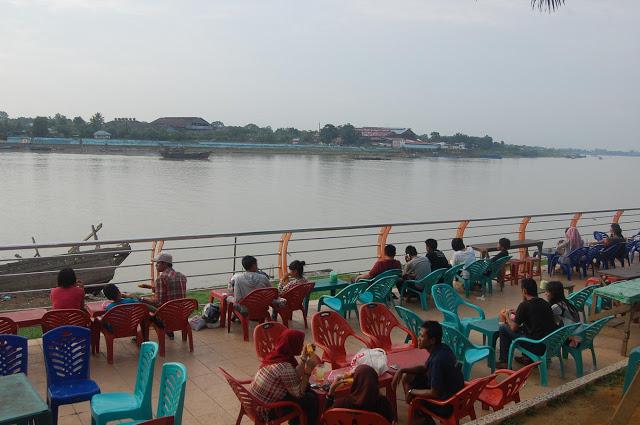 pemandangan Sungai Batanghari dan matahari terbenam